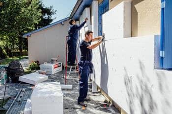 Artisan qui réalise une isolation des mur par l'extérieur sous enduit