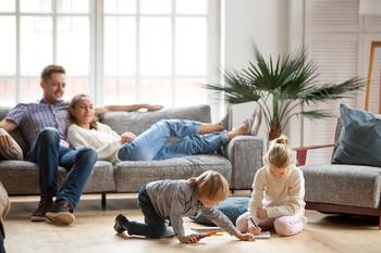 Famille de quatre personnes dans un salon