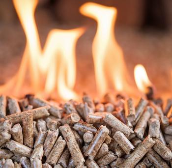 Granulés de bois enflammés