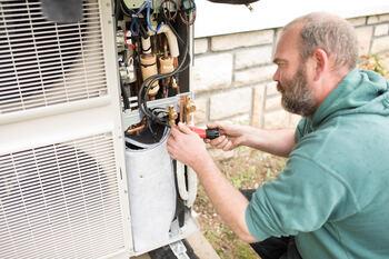 Artisan qui installe une pompe à chaleur