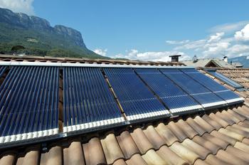 Panneaux solaires thermiques sur un toit