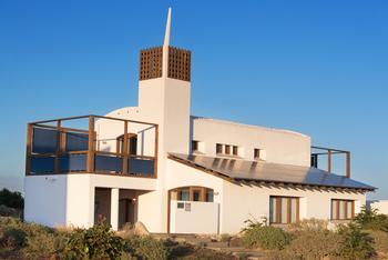 Maison bioclimatique avec des panneaux solaires sur le toit