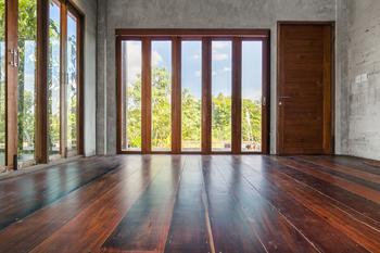 Grandes fenêtres en bois