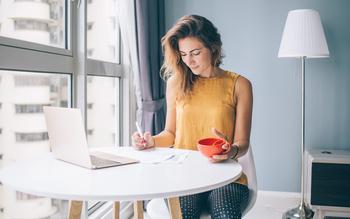 Femme sur une table devant un ordinateur