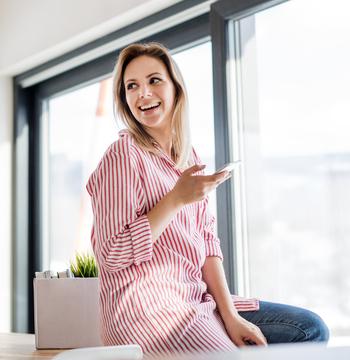 Femme debout avec un téléphone à la main