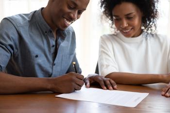 Un couple signe un contrat