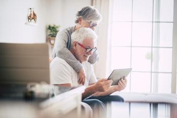 Couple heureux qui regarde une tablette
